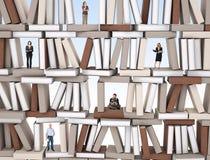 Mensen op boekenmuur Stock Afbeelding