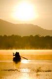 Mensen op boot in het meer Stock Afbeelding