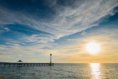 Mensen op Brighton Jetty bij zonsondergang Stock Foto's