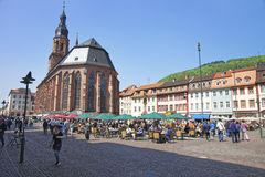 Mensen op centraal vierkant in Heidelberg royalty-vrije stock afbeeldingen