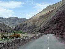 Mensen op de bergweg aan Manali in Ladakh, India Stock Afbeelding