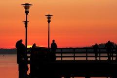 Mensen op de brug bij zonsopgang Stock Foto's