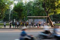 Mensen op de bushalte in Hanoi Stock Foto's