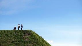 Mensen op de groene heuvel royalty-vrije stock fotografie