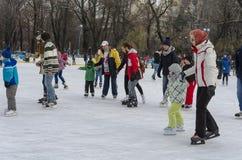 Mensen op de ijs het schaatsen piste Royalty-vrije Stock Foto's