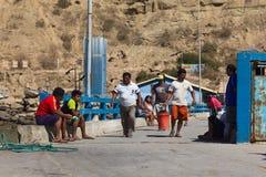 Mensen op de Kade in Mancora, Peru royalty-vrije stock afbeelding