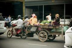 Mensen op de motor op de straten van Phnom Penn in Kambodja Royalty-vrije Stock Foto