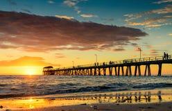 Mensen op de pier bij zonsondergang Royalty-vrije Stock Fotografie