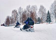 Mensen op de Sneeuw mobiles Winter Finland Lapland tijdens Kerstmis stock foto's