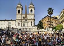 Mensen op de Spaanse stappen in Rome Italië Stock Fotografie