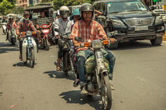 Mensen op de straat van Aziatisch land - Vietnam en Kambodja Royalty-vrije Stock Foto