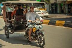 Mensen op de straat van Aziatisch land - Vietnam en Kambodja Royalty-vrije Stock Foto's