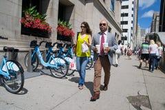 Mensen op de weg van Michigan in Chicago Stock Fotografie