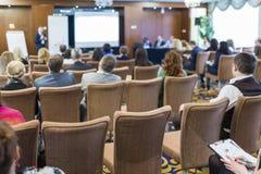 Mensen op de Wetsconferentie die aan de Gastheer vooraan luisteren royalty-vrije stock foto's