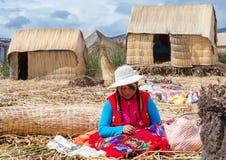 Mensen op drijvende Uros-eilanden op meer Titicaca in Peru stock fotografie