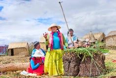 Mensen op drijvende Uros-eilanden op meer Titicaca in Peru Stock Afbeeldingen