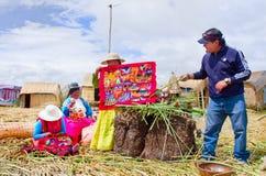 Mensen op drijvende Uros-eilanden op meer Titicaca in Peru Stock Foto