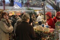 Mensen op een box binnen de markt van Mercato Centrale Royalty-vrije Stock Fotografie