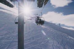 Mensen op een skilift Royalty-vrije Stock Afbeeldingen