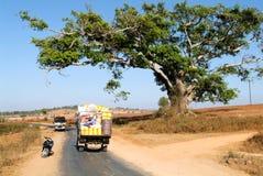 Mensen op een spoor in het platteland van Pindaya op Myanmar Royalty-vrije Stock Afbeeldingen