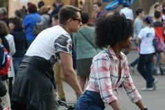 Mensen op een stadsholida Stock Fotografie
