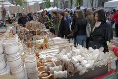 """Mensen op een straatmarkt voor houten hulpmiddelen en giften in Sofia, Bulgarije †""""9 april, 2017 Stock Fotografie"""