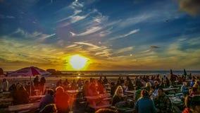 Mensen op een strand die van hun vakantie genieten Stock Afbeelding
