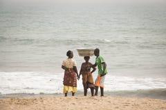 Mensen op een strand in Kaapkust, Ghana Stock Afbeeldingen