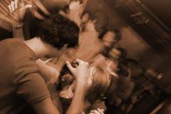 Mensen op een wilde partij in een club stock foto's