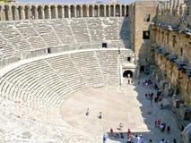 Mensen op excursie in oude amphiteater Royalty-vrije Stock Afbeeldingen