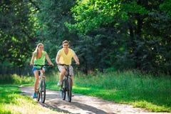 Mensen op fietsen Royalty-vrije Stock Foto's