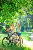 Mensen op fietsen Stock Foto