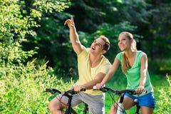 Mensen op fietsen Stock Afbeelding