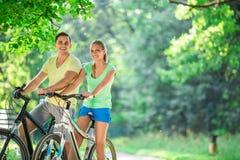 Mensen op fietsen Stock Afbeeldingen