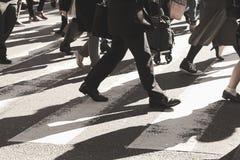 Mensen op gestreepte kruisingsstraat Royalty-vrije Stock Foto's