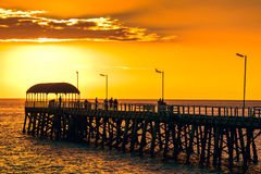 Mensen op Henley Beach Jetty bij zonsondergang Royalty-vrije Stock Foto's