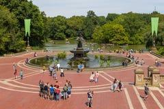 Mensen op het Bethesda Arcade-terras door fontein in Central Park Stock Fotografie
