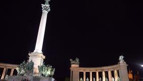 Mensen op het Heldenvierkant in Boedapest bij nacht stock video