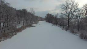 Mensen op het ijs, luchtmening stock video