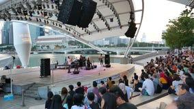 Mensen op het openluchtoverleg bij Promenade in Singapore - Pan stock videobeelden