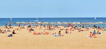 Mensen op het strand Stock Afbeeldingen