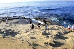 Mensen op het strand Stock Foto's