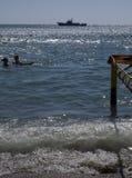 Mensen op het strand in de baai in Ordzhonikidze. Stock Fotografie