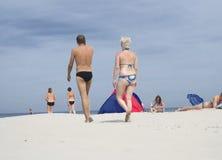 Mensen op het strand in de zomer Stock Afbeeldingen