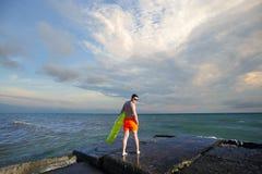 Mensen op het strand dichtbij het overzees met zwemmende Opblaasbare luchtmat royalty-vrije stock afbeeldingen