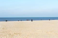 Mensen op het strand in Holland Stock Foto