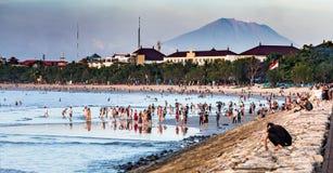 Mensen op het strand in Kuta Bali met MT Agung op de achtergrond royalty-vrije stock fotografie