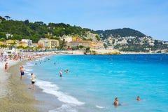 Mensen op het strand in Nice, Frankrijk Stock Afbeelding