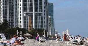 Mensen op het Strand in Sunny Isles Beach stock footage
