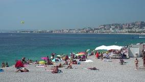 Mensen op het strand van Nice in Frankrijk stock footage